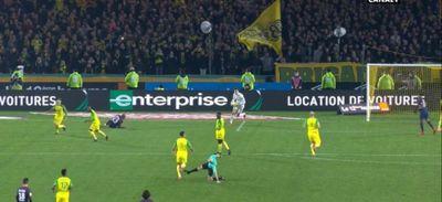 FC Nantes - PSG : l'arbitre met un coup de pied à Diego Carlos !