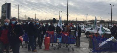 Rennes : les producteurs d'oeufs manifestent devant le centre...