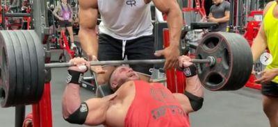 Un bodybuilder se déchire le pectoral en soulevant un haltère (vidéo)