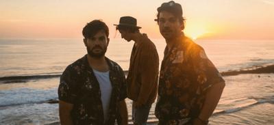Leonie : pour un pari, le chanteur du groupe pose nu sur une plage...