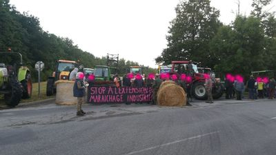 Au sud de Nantes, des agriculteurs bloquent une plateforme...