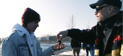 Quand Mister V remet en main propre sa Fiat Panda à un fan (vidéo)