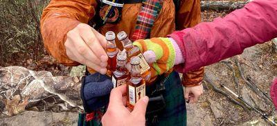 Illusion d'optique : un groupe d'amis qui trinque en forêt affole...