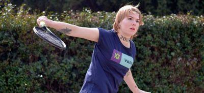 Une joueuse de tennis vend une partie de son bras contre de la...