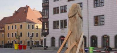 """Allemagne : une sculpture de deux mètres en forme """"d'asperge""""..."""