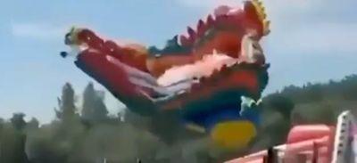 Un château gonflable s'envole à dix mètres dans les airs avec des...