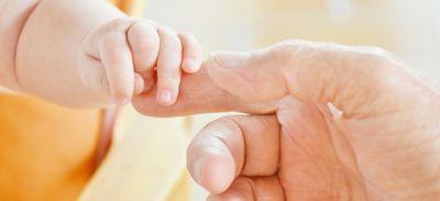 Appelé pour un accouchement en urgence, un pompier adopte la petite...