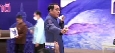 Agacé par des journalistes, le Premier ministre thaïlandais les...