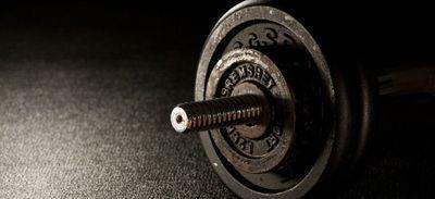 Un fanatique de fitness fait signer un contrat à sa fille pour ne...