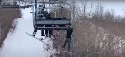 Un ado glisse d'un télésiège et reste suspendu dans le vide (Vidéo)