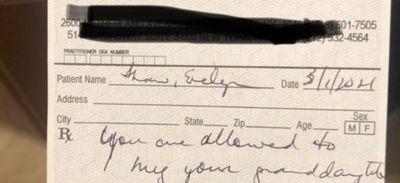 Un médecin prescrit des câlins à une grand-mère après son vaccin...