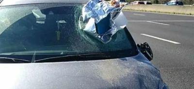 Un plat de rougail-saucisse explose le pare-brise d'une voiture sur...