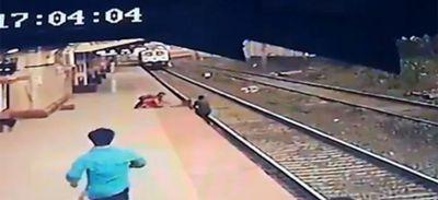 Ce cheminot sauve in extremis un enfant du train en approche (vidéo)