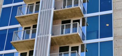 La Rochelle : un homme pendu par les pieds à son balcon