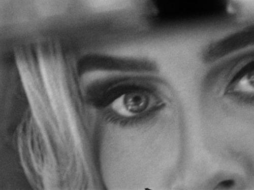 """Adèle dévoile un (très) court extrait de """"Easy on me"""""""