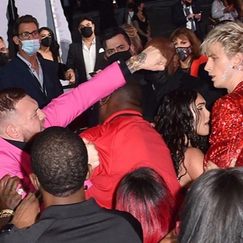 Conor McGregor : s'embrouille avec Machine Gun Kelly aux MTV Video...