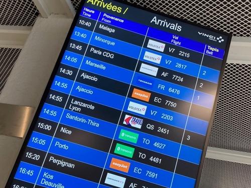Trafic chargé sur les routes et du monde à l'aéroport de...