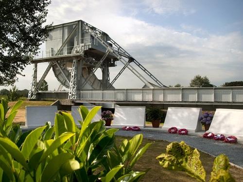 Près de Caen : journée de réparation pour le Pegasus Bridge