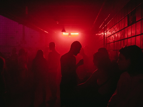 Se rendre en rave ou free party rend plus sociable !