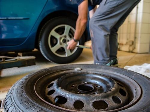 Le dernier défi TikTok : ôter les écrous de roues d'une voiture, et...