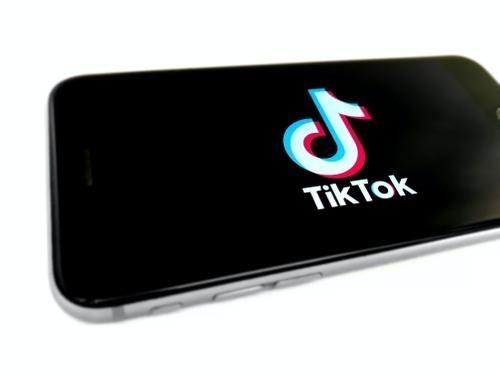 """Pourquoi le réseau social TikTok a t-il censuré le """"Milk Crate..."""