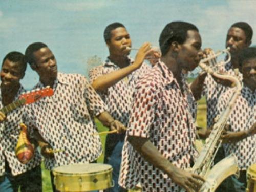 Discothèque consacrée aux grandes formations musicales de l'ère...