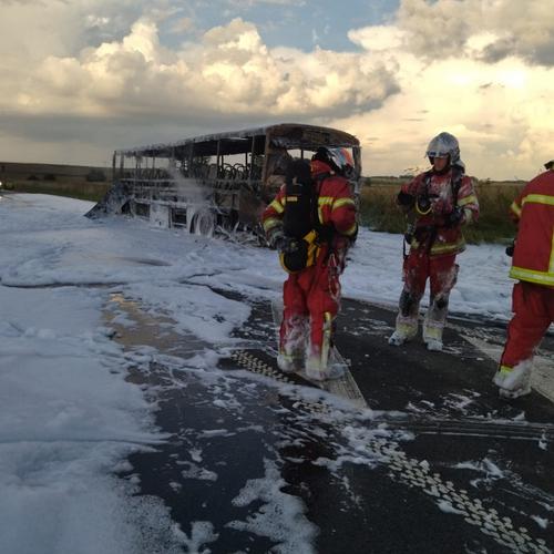 Un car scolaire détruit par les flammes dans l'Oise