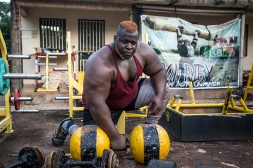 Burkina: accueil triomphal pour Iron Biby, l'homme le plus fort du...