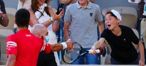 Un enfant explose de joie après que Novak Djokovic lui ait offert...