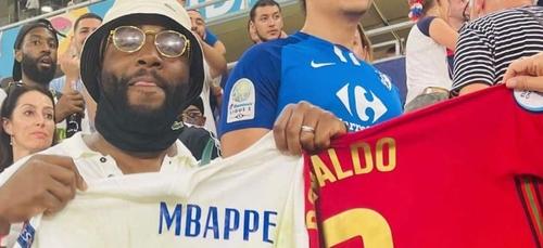 Quand Gradur repart avec les maillots de Mbappé et Ronaldo après le...