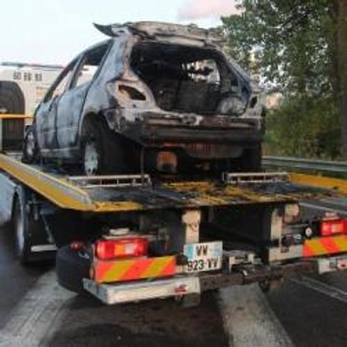 Une voiture en feu sur l'autoroute
