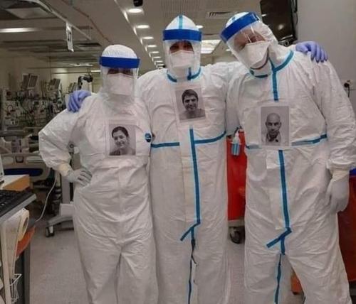 Des médecins collent leurs photos sur leurs combinaisons pour que...