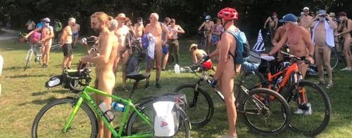 La cyclonudista : une course de cyclistes nus à Rennes