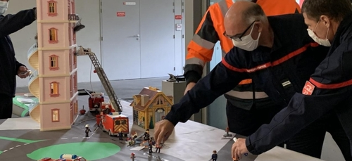 Les pompiers de Lamballe jouent aux Playmobil