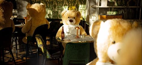 Des ours en peluche pour remplacer les clients d'un resto