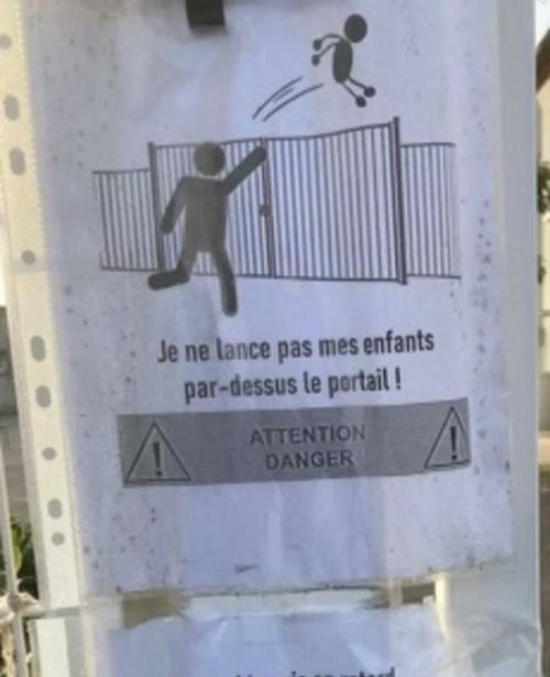 Affichette placardée devant une école d'Avignon !