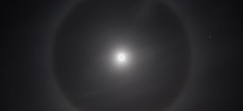 Un magnifique halo de lumière autour de la lune