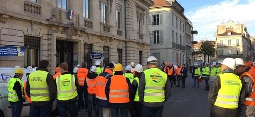 Les professionnels du bâtiment vents debout à Dijon contre la...