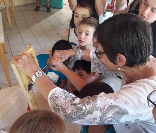 Une récolte de miel à Chenôve avec des enfants