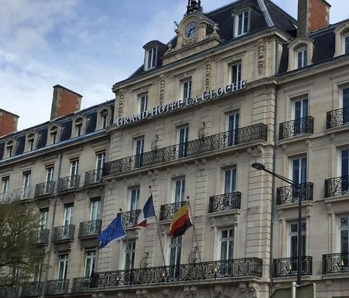 L'hôtel la Cloche met en avant son restaurant, son bar et son SPA