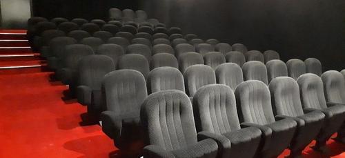 Le cinéma Olympia vend ses affiches de films et ses confiseries