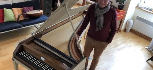 A Pont-l'Abbé (29), un retraité construit un piano-forte.