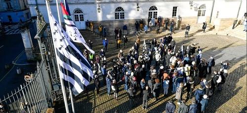 Le drapeau breton et le Bro Gozh à la mairie de Nantes