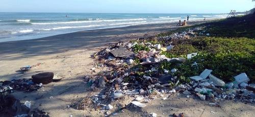 Ramassage de déchets des plages à Beg-Meil.