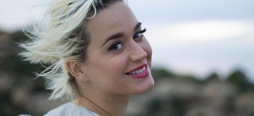 """Katy Perry dévoile une nouvelle version de """"Daisies"""""""