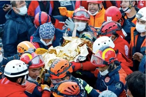 Séisme en Turquie : une fillette de trois ans secourue après 65...