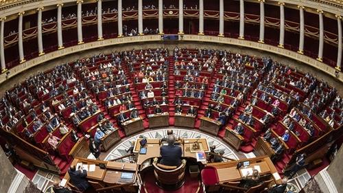 Covid-19 : le Parlement adopte la prolongation de l'état d'urgence...