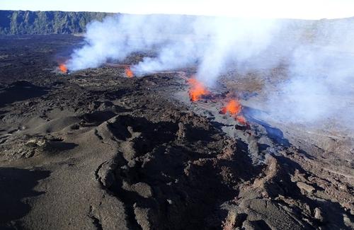 Le Piton de la Fournaise à la Réunion entre en éruption pour la...