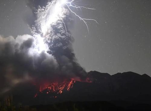 Un photographe parvient à capturer le moment exact où la foudre...