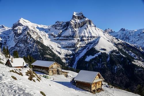 En Suisse, 200 vacanciers britanniques en quarantaine s'enfuient en...